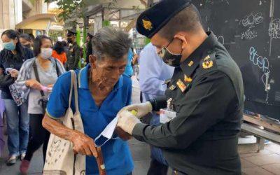 กองทัพไทยแจกเจลแอลกอฮอล์แก่ประชาชน